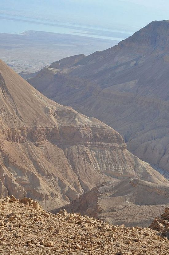 Nahal Hever in the Judean Desert, with the Dead Sea in the background (Tsachior / Wikipedia)