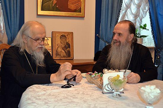 Епископ Пантелеимон (слева) и епископ Мефодий обсуждают перспективы взаимодействия Синодального отдела по благотворительности и социального отдела Каменской епархии. Архивное фото с сайта diaconia.ru