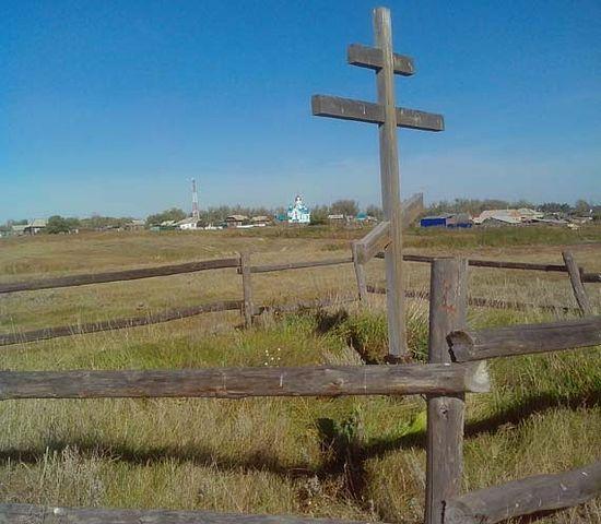 Алтай, село Малышев Лог. Крест на месте старого храма и новый храм вдали