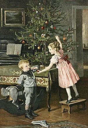 Дети украшают елку. Старинная открытка