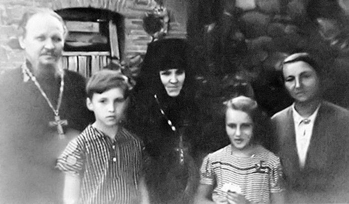 Отец Михаил Гундяев, сын Володя - будущий Святейший Патриарх Кирилл, игумения Пюхтицкого монастыря Ангелина (Афанасьева), дочь Лена, матушка Раиса. 1950-е гг.