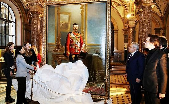 Rector of the Academy Stieglitz Vasily Kichedzhi presents the restored portrait of Emperor Nicholas II