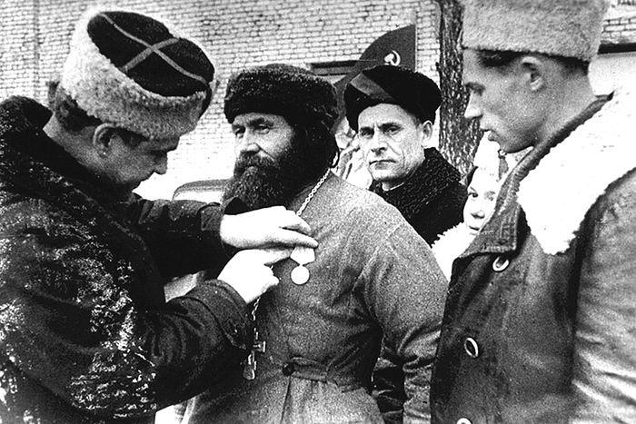 Награждение священника-партизана