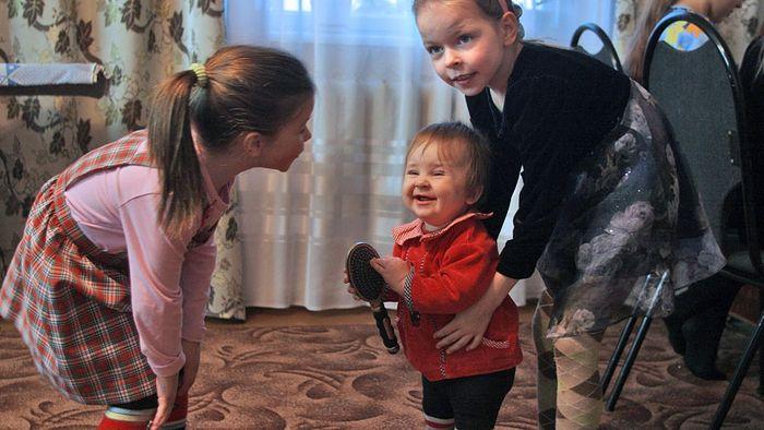 Младшие дети Александра и Елены Шишкиных. Родители воспитывают двадцать своих детей в совхозе Масловский. Фото: Валерий Матыцин/ТАСС