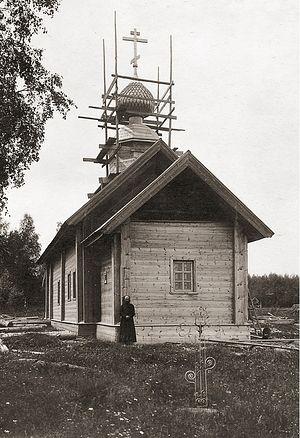 Отец Николай Архангельский подле отреставрированного его усилиями храма великомученика Димитрия Солунского, 1915 год