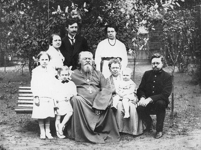 Мученик Николай Варжанский с супругой Зинаидой (стоят слева) и ее родными – священномучеником Неофитом Любимовым и его семьей
