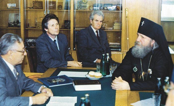 Первый слева — председатель Облисполкома Н. С. Александров; второй — уполномоченный Совета по делам религии при Совете Министров СССР по Саратовской области В. Г. Аникеев. Справа — архиепископ Пимен. 25 июня 1988 г.