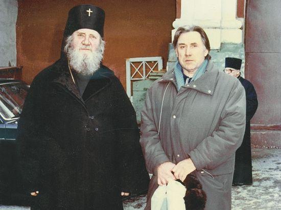 Архиепископ Пимен и В.Г. Аникеев у Свято-Троицкого собора Саратова