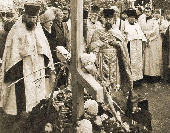 Погребение архиепископа Пимена за алтарем Свято-Троицкого собора. Саратов, 12 декабря 1993 г.