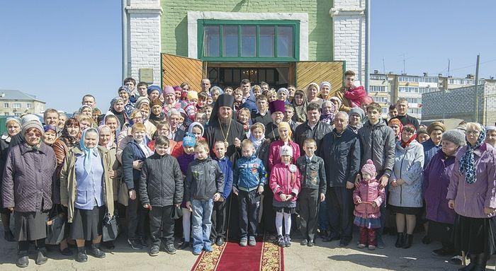 Все вместе: Епископ Покровский и Николаевский Пахомий, отец Александр и прихожане