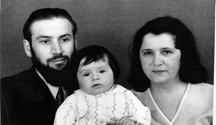 Отец Виктор и матушка Вера Аксеновы с сыном Романом