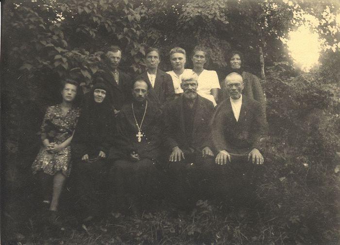 Церковный актив Тихвинской церкви. В центре сидит свящ. Георгий Степанов, по правую руку от него - мон. Евгения