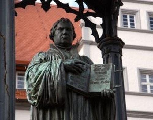 Памятник Лютеру в Виттенберге. Протестантская теология «оккупировала» отсюда и Афинский университет