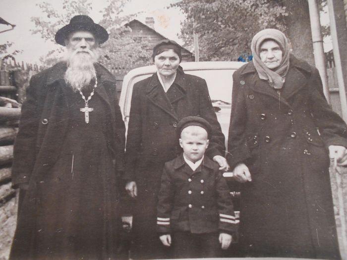 Слева на снимке— иерей Александр Ильин