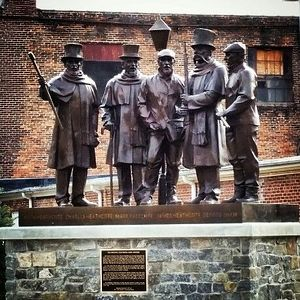 Monument to the original Glen Rock Carolers. Photo: https://www.pinterest.com/bonnerbriggs/home-sweet-pa/