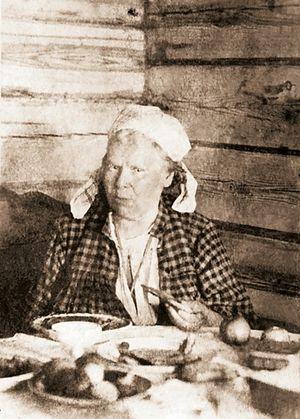 Блаженная Паша Саровская за трапезой. Фото нач. XX в.