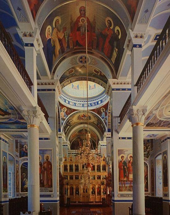 Внутренний вид храма Св. великомученика и целителя Пантелеимона в Нагорном Русике с иконостасом