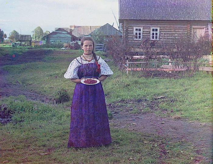 Девушка с земляникой. 1909. Фотография: С. М. Прокудин-Горский