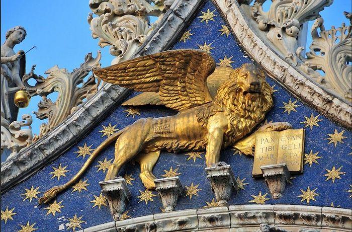 Крилати лав је симбол апостола и јеванђелисте Марка. Храм Светог Марка, Венеција