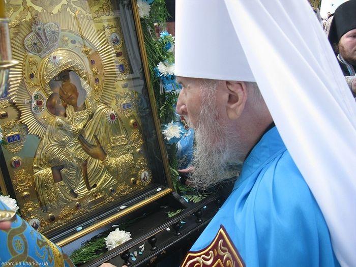Владыка Никодим перед Федоровской иконой Богородицы в последние годы жизни