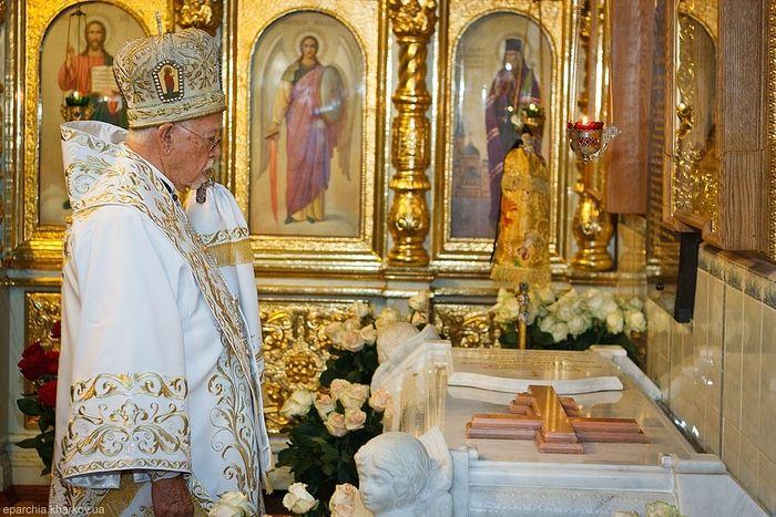 Митрополит Антоний (Шедрауи) на могиле митрополита Никодима