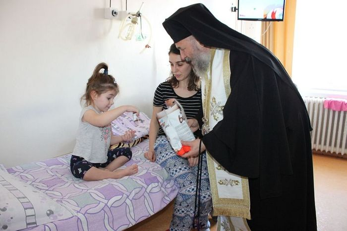 His Eminence Archbishop Cassian visits a children's hospital. Photo: basilica.ro