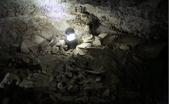 Пол пещеры был усеян обломками глиняных кувшинов, в которых хранились рукописи