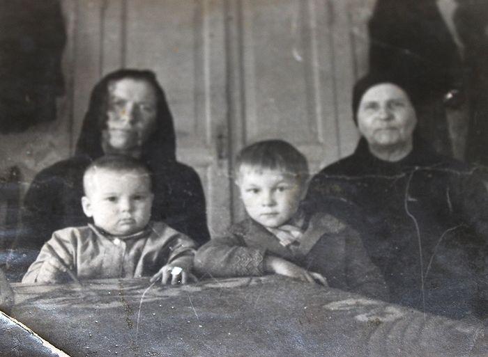 Александра Демина (крайняя слева) с внуками и своей мамой