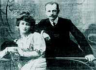 Снимок 60-х годов: В.А.Мирошниченко с дочерью Татьяной у входа на Успенское кладбище.