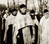Один из последних крестных ходов на Успенском кладбище. На переднем плане – о.Григорий, китаец. Умер в Харбине в 2000 году. Сзади него о.Фотий, также китаец. Умер в Пекине.