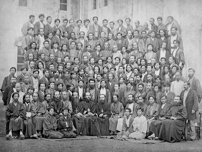 Фото Святителя Николая в окружении священников и японской паствы. Епископа легко узнать сидящим в середине первого ряда по панагии на груди. Через одного человека справа от него, видимо, находится Такума (в крещении Павел) Савабе (1834-1913) первый японец, принявший Православие, впоследствии - священник.