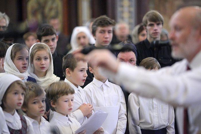 Поют дети из хоровой студии «Царевич» при Димитриевской школе