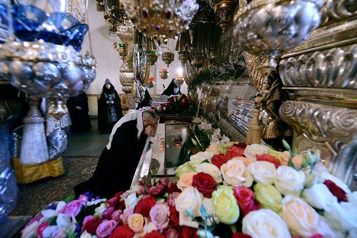 Patriarch Kirill praying at the relics of St. Matrona