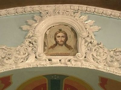 Под обсыпавшейся краской на стене храма проступила фреска Спаса Нерукотворного