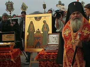 Архиепископ Вениамин встречает святые мощи в аэропорту Владивостока