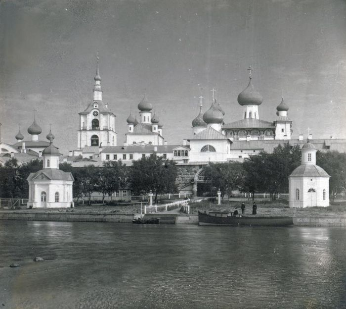 Solovetsky Transfiguration Monastery, west view. From left: Refectory Church of Dormition; Chapel of St. Alexander Nevsky; bell tower; Church of St. Nicholas; Church of Annunciation; west wall & Holy Gate; Transfiguration Cathedral; Chapel of Sts. Peter & Paul. Summer 1916. / Photo: Sergei Prokudin-Gorsky
