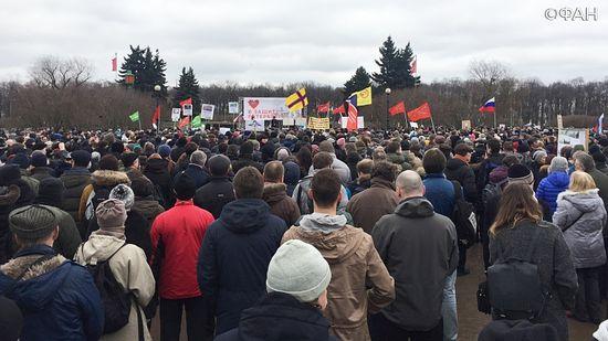 Митинг против передачи Исаакиевского собора проходит на Марсовом поле в Петербурге, фото: Федеральное агентство новостей / Денис