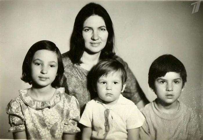 Людмила Константиновна Проханова с детьми