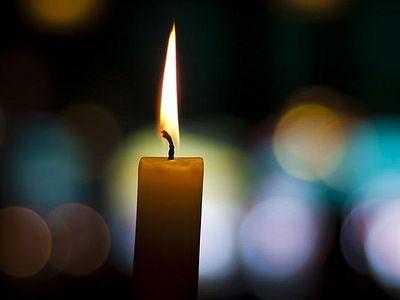 Свеча на подсвечнике