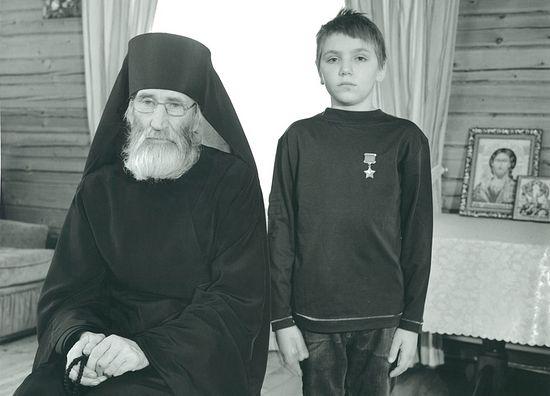 2016г. Инок Киприан (Валерий Бурков) в своей келье с мальчиком Антоном из воскресной школы