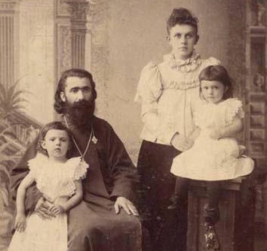 Протоиерей Каллистрат с женой и двумя детьми