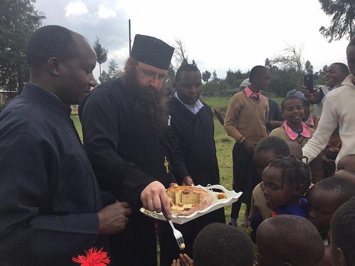 Отец Силуан служит своим братьям во Христе в миссии и образовательном центре во имя святой Ирины