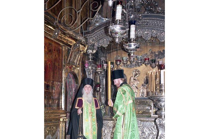 Архимандрит Кирилл у раки с мощами Преподобного Сергия