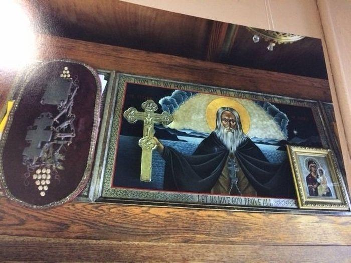Рака с мощами преподобного Германа Аляскинского; сверху лежат его вериги, крест и камилавка, фото: Сергей Стефанов