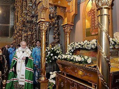 Патриарх Кирилл совершил молебен у раки с мощами святителя Тихона в Донском монастыре