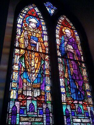 Витраж с изображением свв. Энды Инишморского и Колмана Килмакдуахского (источник - Panoramio.com, автор - bhgalway)