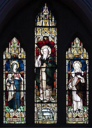 Витраж с изображением святой Фанхеи с двумя другими святыми - Молайше и Димфной