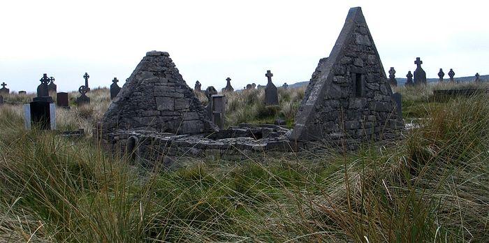 Остатки монастырской церкви 'Teaghlach Einne' на острове Инишмор (фото - J. Demetrescu, сайт 'Saints and Stones')