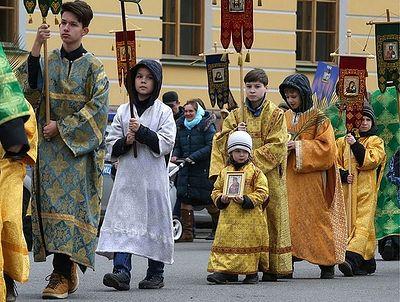 """""""Детский"""" крестный ход вокруг Исаакия в Петербурге собрал около 8 тыс. верующих"""