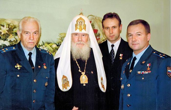 С Патриархом Алексием II и героями России Юрием Лончаковым и Сергеем Залетиным